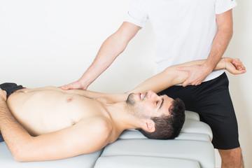 physiotherapeutische Armdehnung