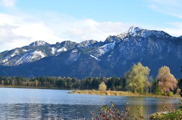 Berge schneebedeckt am Herbstsee