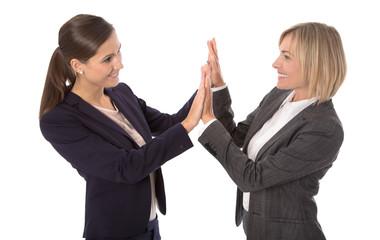 Erfolgreiche Frauen im Beruf klatschen in die Hände