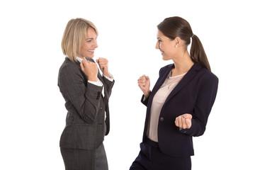 Zwei erfolgreiche begeisterte Business Frauen isoliert im Team