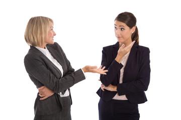 Zwei Business Frauen isoliert und freigestellt unterhalten sich
