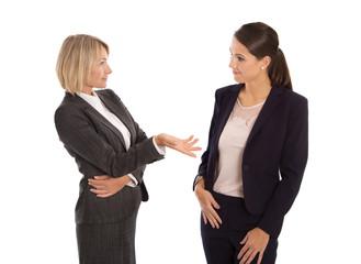 Zwei Frauen isoliert im Gespräch in Business Outfit