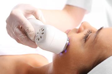 Ultradźwięki,Kobieta u kosmetyczki