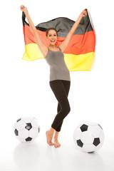 Fußballfan mit Deutschlandflagge und Fußbällen