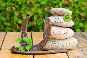 Steinturm, Hufeisen, Klee auf Holz, Liebe, Glück