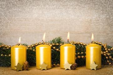 4 goldene adventskerzen mit schnee