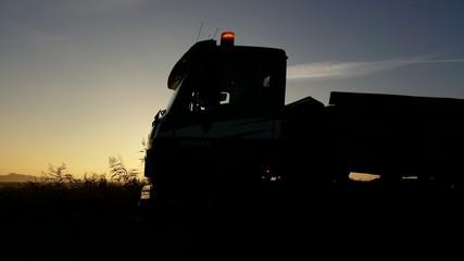 Transporter Silhouette im Sonnenaufgang