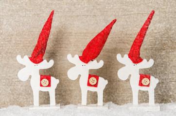 weihnachtselche mit weihnachtsmütze