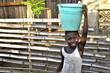 Transport von Trinkwasser in Afrika