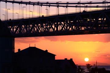 明石大橋から見る夕日が小豆島に沈む