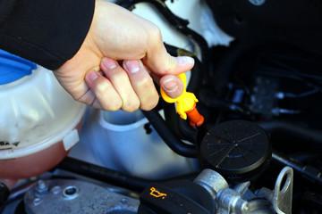 Kühlflüssigkeitsanzeiger im Motor wird gezogen