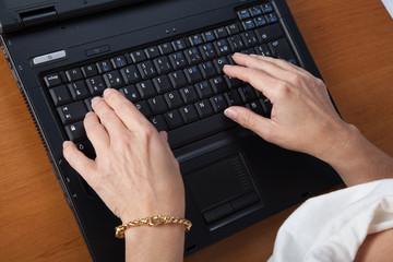 elle tape sur son clavier