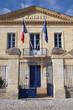Jolie mairie avec drapeaux - 72779549
