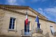 Jolie mairie avec drapeaux - 72779559