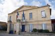 Jolie mairie avec drapeaux en France - 72779575