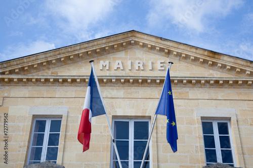 Leinwanddruck Bild Jolie mairie avec drapeaux