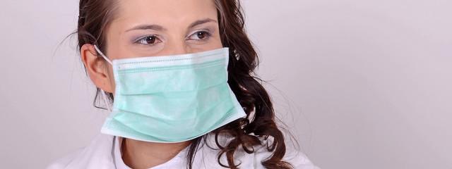 forscherin mit mundschutz