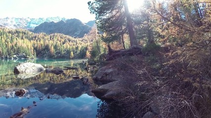 lago delle alpi in autunno