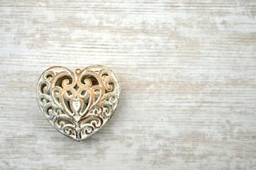Edles Herz auf weißem Holz