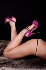 femme sexy en talons aiguilles pose coquine