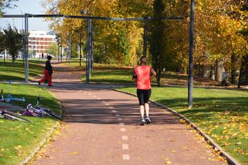 mujer corriendo por un parque en burgos