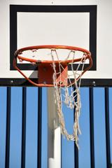 tablero y aro de una canasta de baloncesto