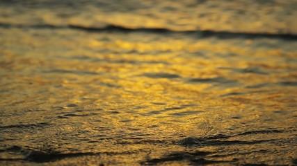 夕暮れの波打ち際