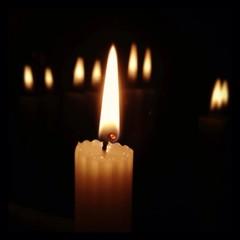 свеча горящая в темноте