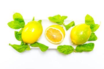Zitronen in Schale mit Pfefferminzblättern