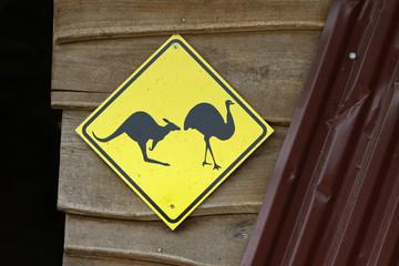 Vorsicht Kängurus und Emus kreuzen
