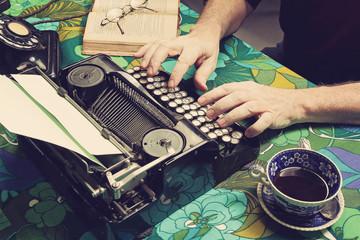 homme tapant à la machine à écrire