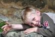 Junge mit Schürfwunde entpannt mach dem Spielen