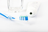 Zahnbürste mit Zahnpasta, Tube und Wasserglas