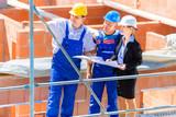 Team bespricht Bau Pläne auf Haus Baustelle