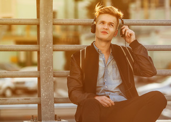 man listens to the player on the street