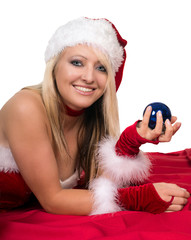 hübsche Frau im Weihnachtskostüm mit Christbaumkugel
