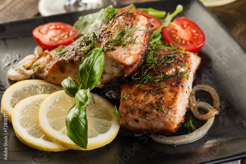 Keuken foto achterwand Vis Fried salmon steak with vegetables