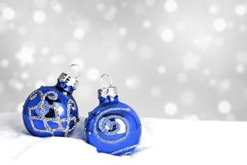 Weihnachtsdeko - Christbaumkugeln im Schnee