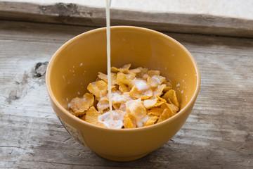 milk with cornflakes