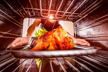 Cooking chicken in the oven at home.