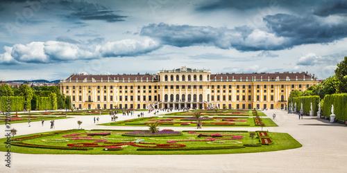 Papiers peints Vienne Schonbrunn Palace with gardens in Vienna, Austria