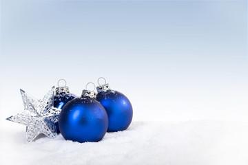 Weihnachtsschmuck auf Schnee