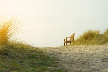 Einsame Sitzbank in den Dünen