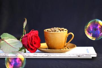 goldfarbene Tasse mit roter Rose