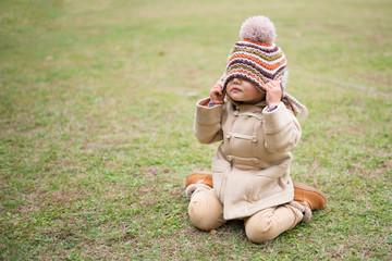 ニット帽で目隠しする少女