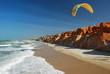 parapentiste volant entre plage et falaise - 72824734