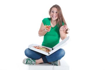 Junge Frau isst frisch gelieferte Salami Pizza im sitzen