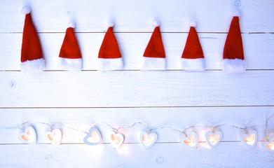 Weihnachtshintergrund - kleine Nikolausmützen