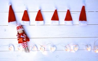 Weihnachtshintergrund -Nikolausmützen mit Lichterkette