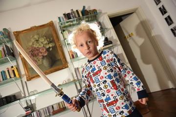 Kleiner Junge spielt mit Waffen